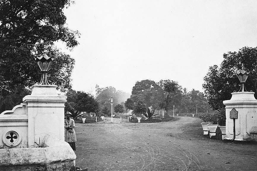 Gerbang utama Kebun Binatang Cikini zaman dulu l Foto: tukangpulas