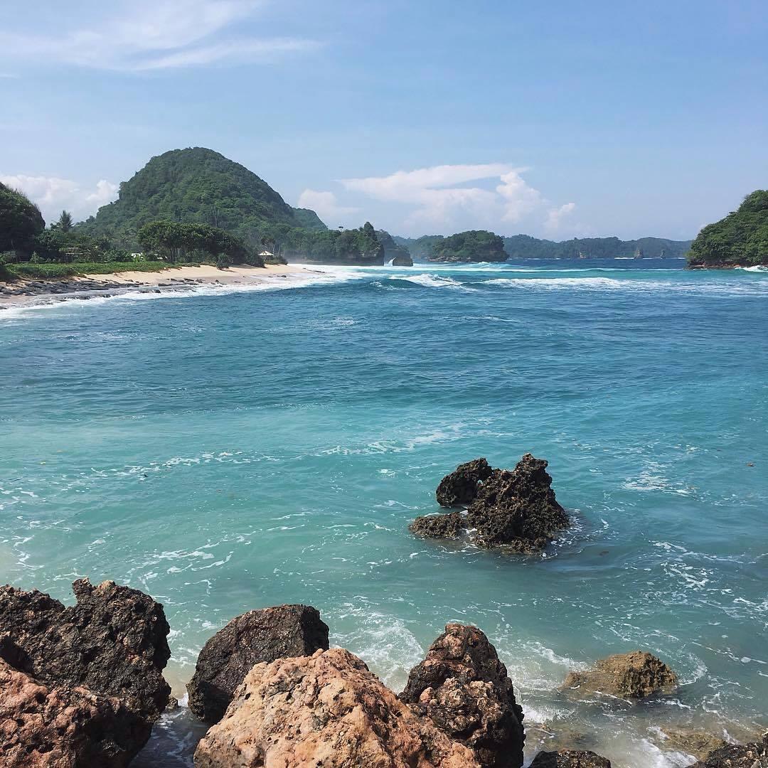 Batu karang di Pantai Goa Cina l Sumber: kitamuda.id