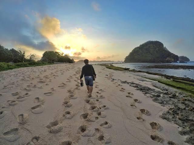 Sunset di Pantai Goa Cina l Sumber: wisata.id