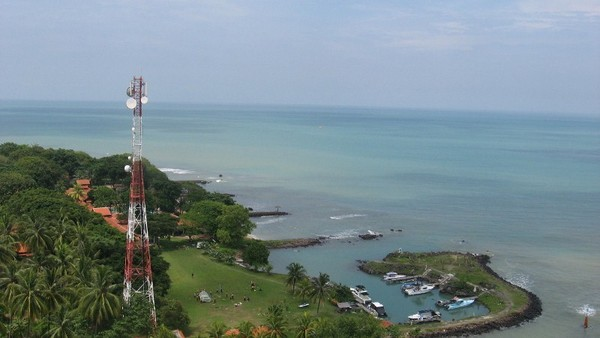 Birunya laut bisa dilihat dari Mercusuar Cikoneng   Sumber: detik.com