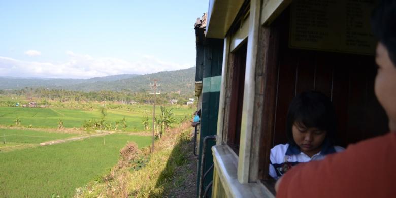 Penumpang di dalam kereta api Ambarawa | sumber : KOMPAS.com / FITRI PRAWITASARI