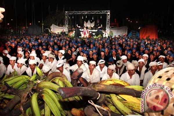 Baduy community following Seren Taun ceremony commemorating or Seba Baduy harvest their crops in Serang, Banten   source : ANTARA/Asep Fathulrahman