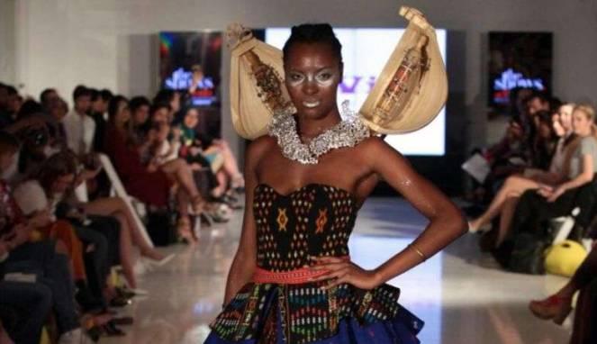 Koleksi Yurita Puji di New York Fashion Week | sumber : Viva