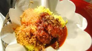Nasi kuning, salah satu menu favorite masyarakat Banjar saat mawarung