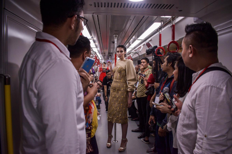 Seorang model mengenakan busana karya Yogie Pratama | Foto: Anggie Angela / Jakarta Post
