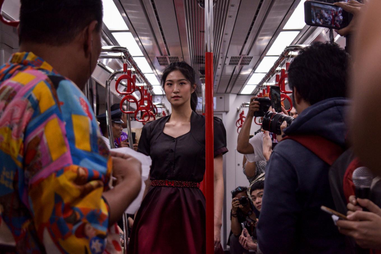 Sebuah model yang mengenakan busana karya Cynthia Tan yang berkolaborasi dengan Hello Kitty | Foto: Anggie Angela / Jakarta Post