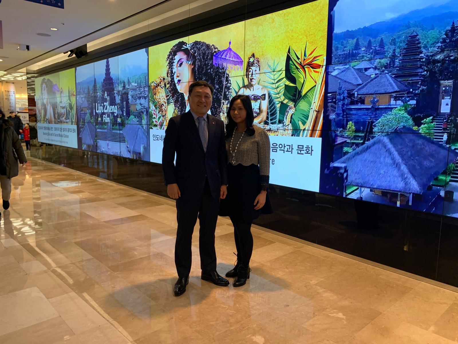 Livi Zheng bersama CEO Lotte World | Sumber: Dokumentasi Livi Zheng