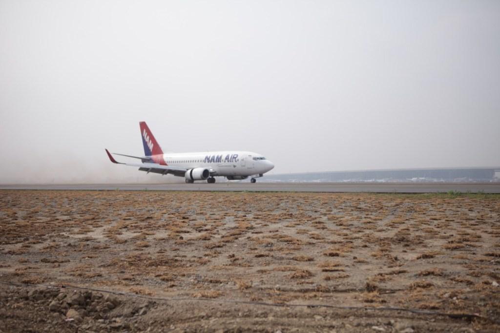 Pesawat NAM Air Boeing 737-500 yang mendarat di Runway 3 Bandara Soekarno Hatta   Sumber: AP II