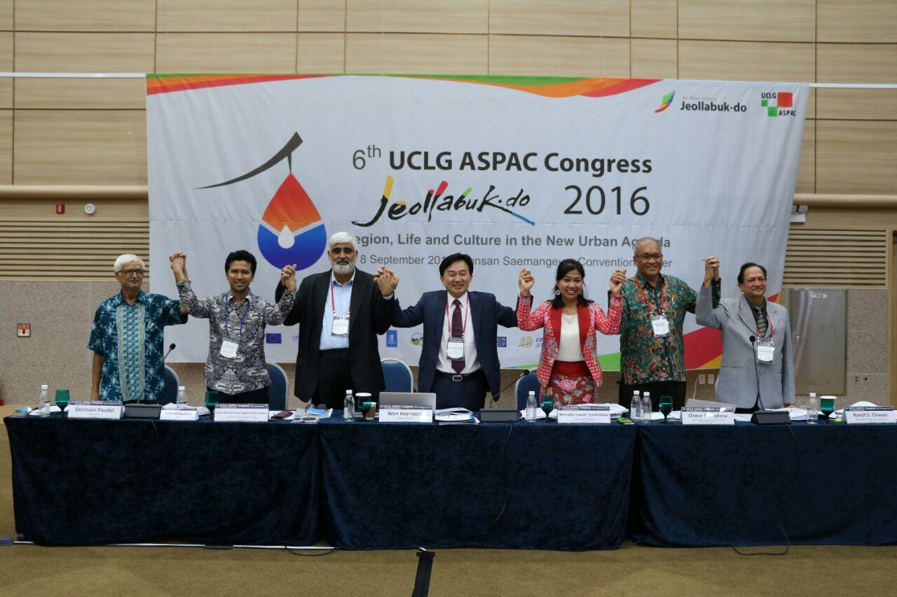 Bupati Emil Dardak (dua dari kiri) seusai kongres UCLG Asia Pasifik 4-8 September 2016 (Foto: Dok. Humas Pemkab Trenggalek)