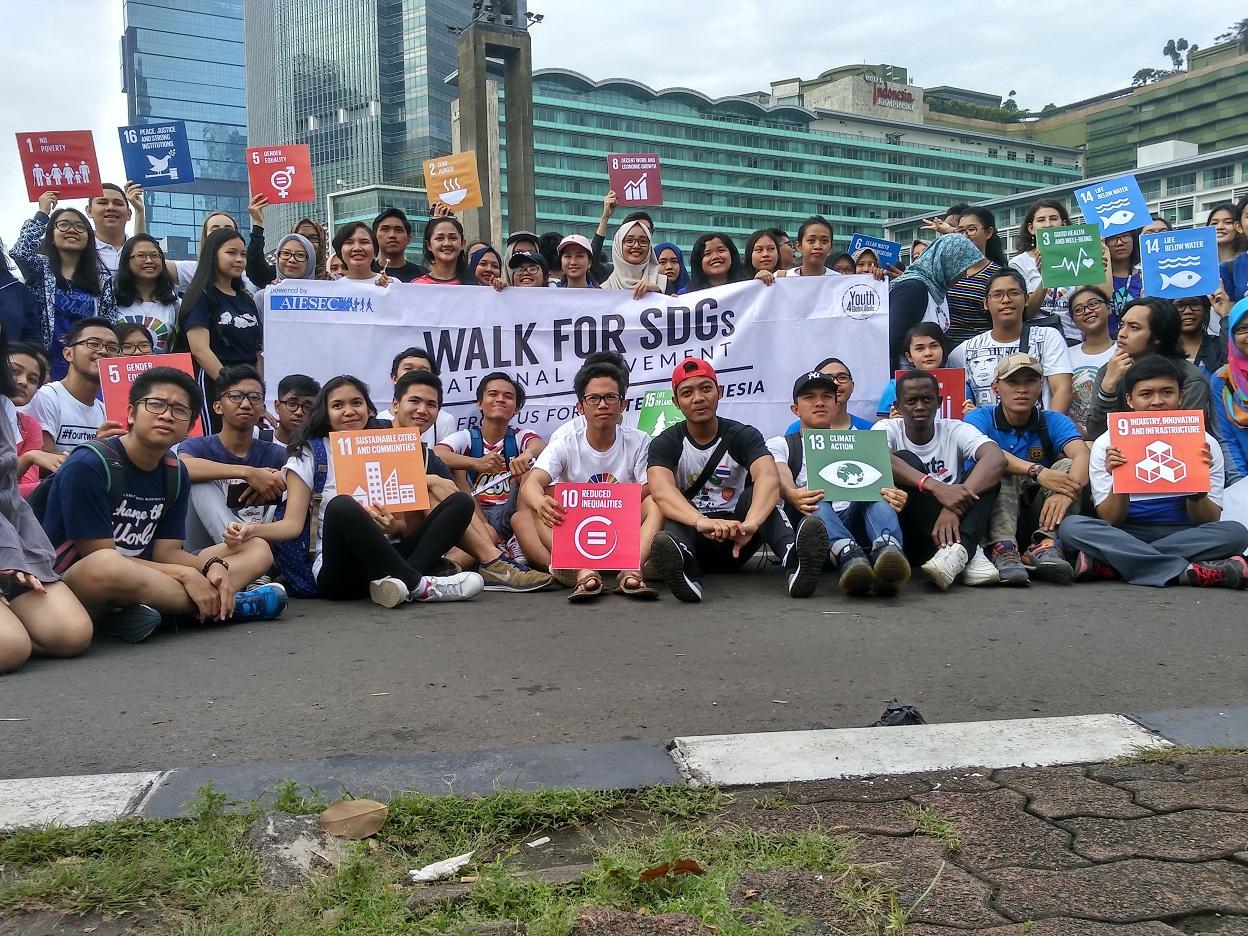 Anak-anak muda Indonesia yang mendukung program SDGs berfoto bersama di depan bundaran Hotel Indonesia (Foto: Bagus DR / GNFI)