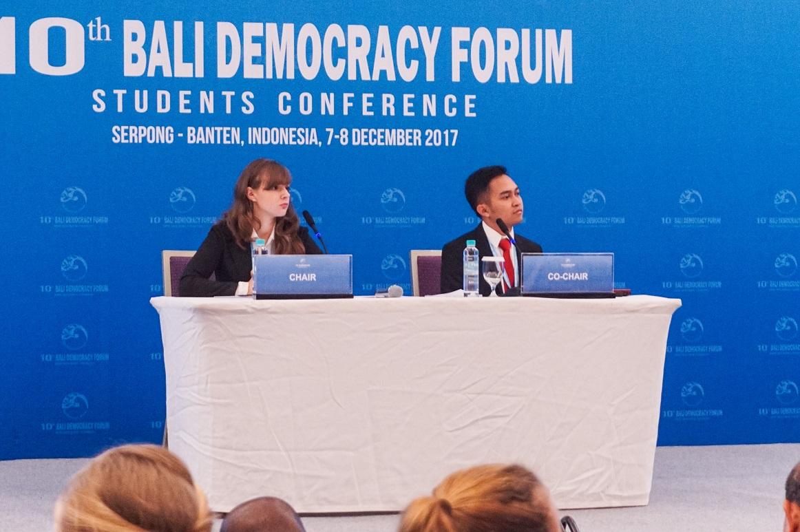 Maryna saat memimpin jalannya diskusi penyusunan The Voice of Youth (Foto: Bagus DR/GNFI))
