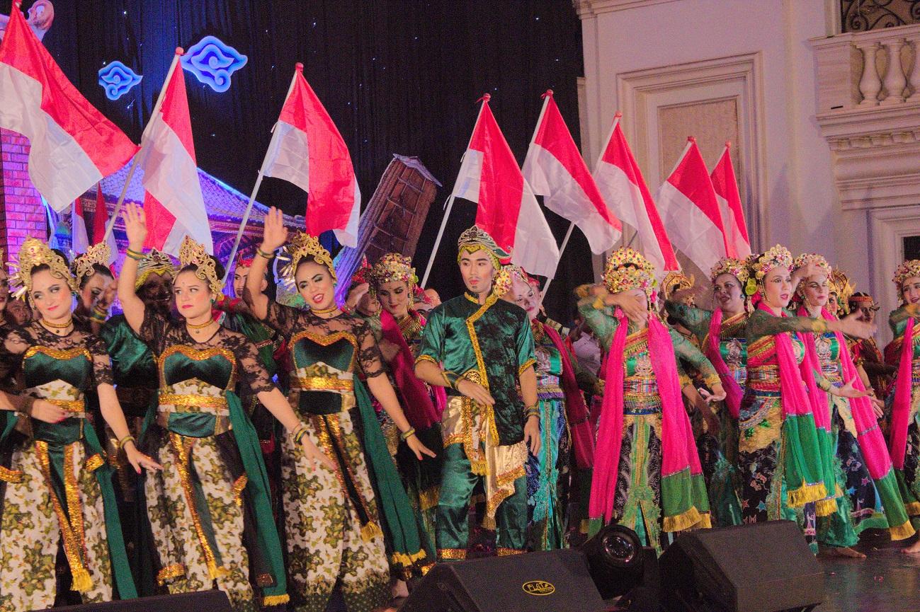 Seluruh peserta BSBI 2017 menari bersama bendera Merah Putih (Foto: Bagus DR/GNFI)
