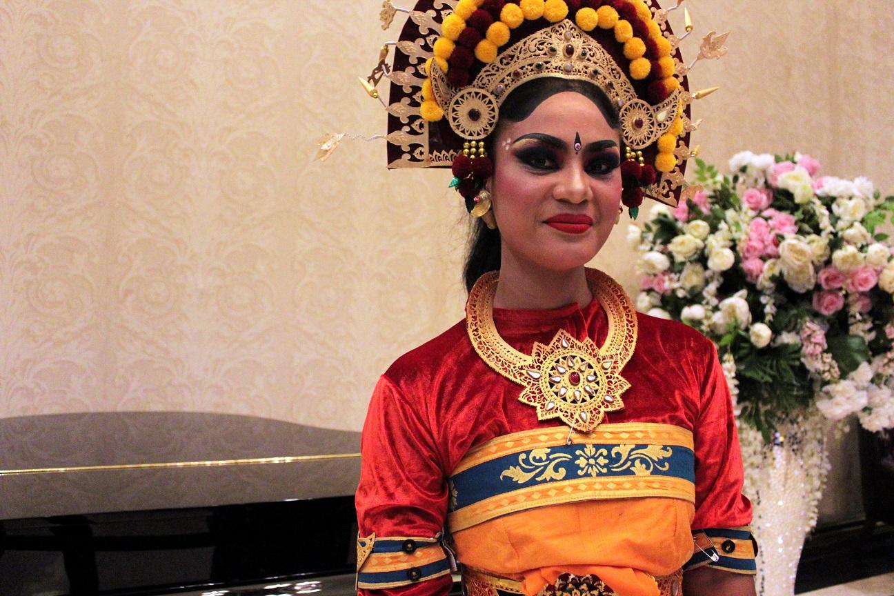 Lucille Hendricks berpakaian adat Bali (Foto: Bagus DR/GNFI)