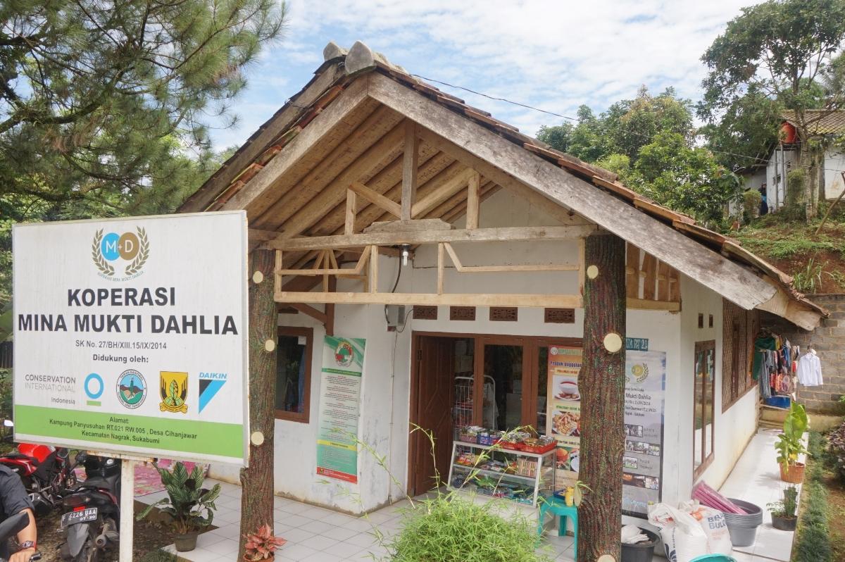 Tampak depan Koperasi Mina Mukti Dahlia, Desa Cihanyawar (Foto: Bagus DR / GNFI)
