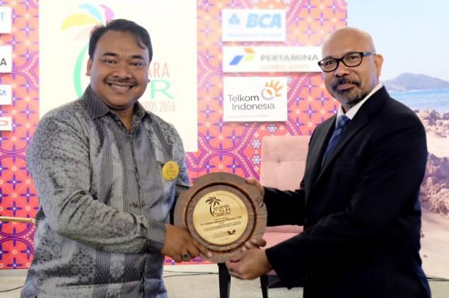 Asisten Vice President External Communication Telkom Pujo Pramono (kiri) menerima penghargaan Nusantara CSR Awards 2016 dari Chairman The La Tofi School of CSR La Tofi (kanan) (Foto: Dok.Telkom)