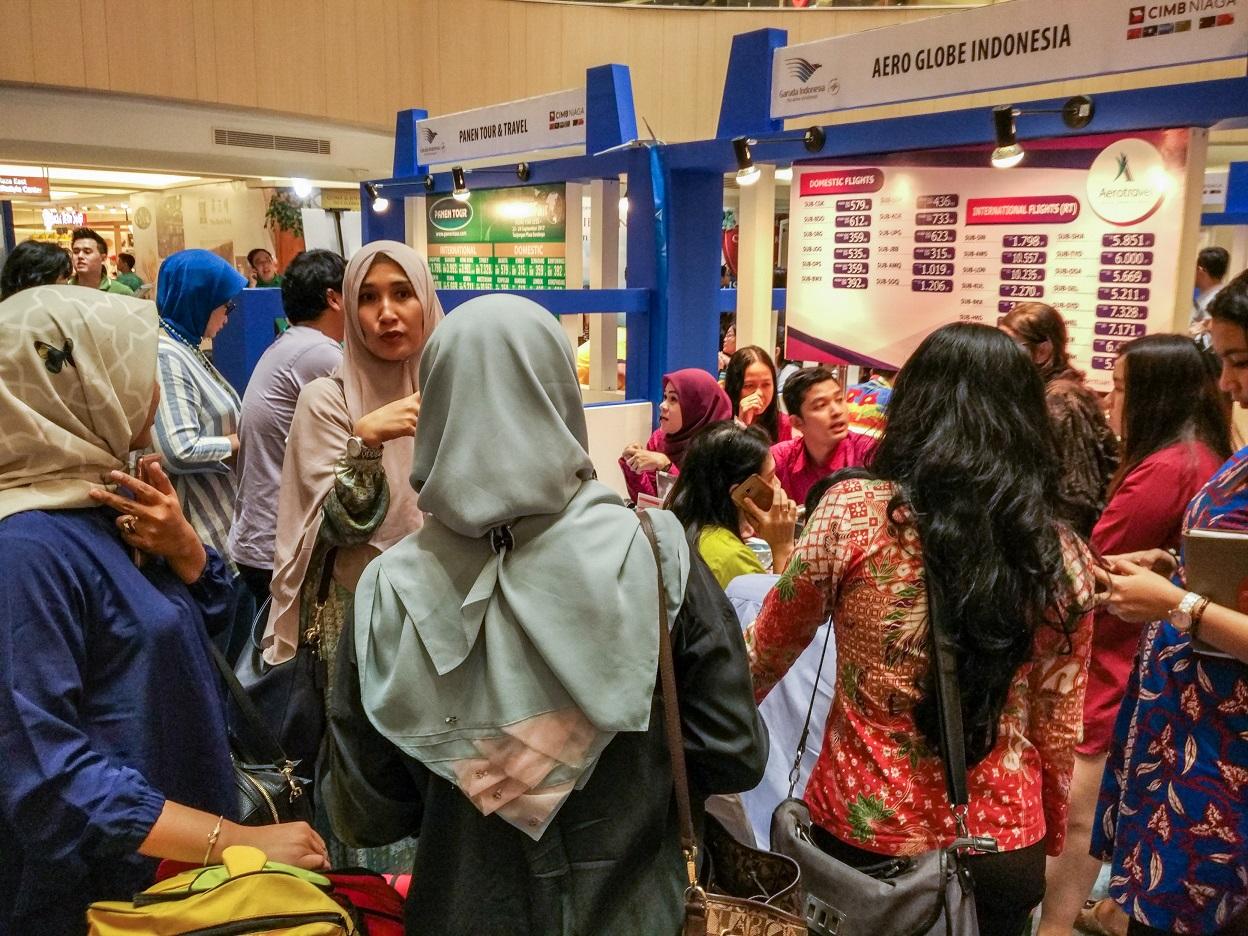Para pengunjung yang berusaha untuk mendapatkan paket-paket perjalanan menarik dari agen perjalanan (Foto: Bagus DR/GNFI)