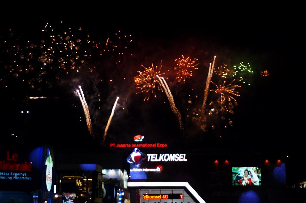 Pertunjukan kembang api saat pembukaan Jakarta Fair 2017 (8/6) (Foto: Bagus DR / GNFI)