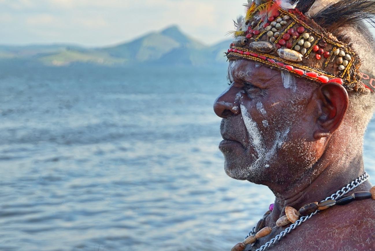 Kepala suku pesisir Papua, Suku Kamoro, saat festival Sentani 2016 (Foto: Bagus DR / GNFI)