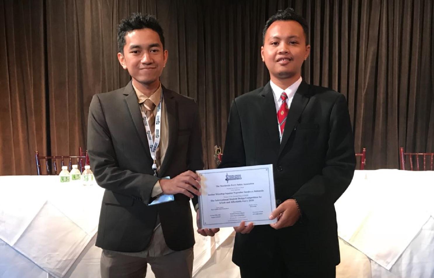 Rahmad Diko Edfi dan Jangka Ruliyanto saat menerima penghargaan di New York (Foto: humas ITS)