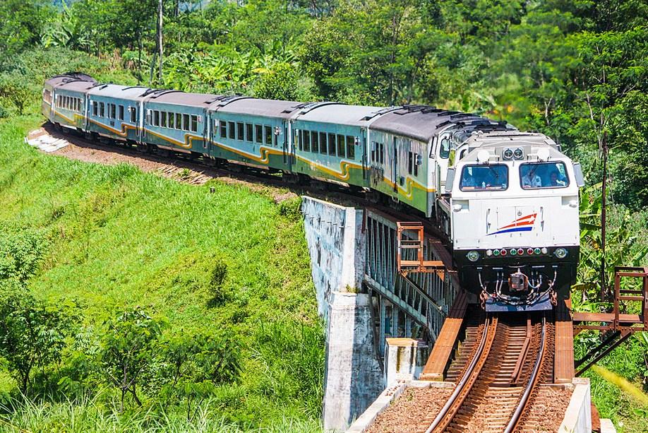 Kereta api Indonesia menyusuri alam nusantara (Foto: moneter.co.id)