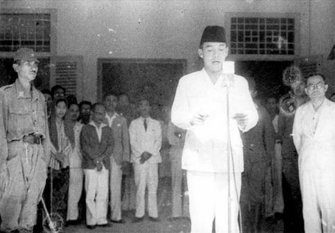 Proklamasi Kemerdekaan Republik Indonesia yang dilakukan oleh Soekarno (Foto: 1001malam.com)