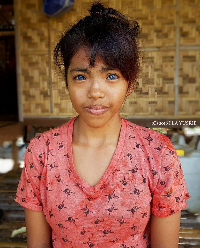 Perempuan  bermata biru di Pulau Siompu, Buton Selatan (Foto: La Yusrie / Kendari Pos)