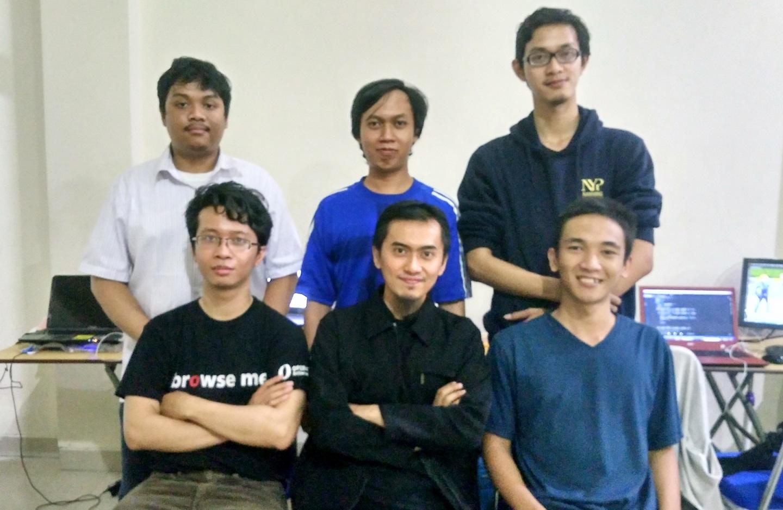Tengah Baris kedua, Maulidan Bagus, bersama sebagian tim Maulidan Games (Foto: Bagus DR / GNFI)