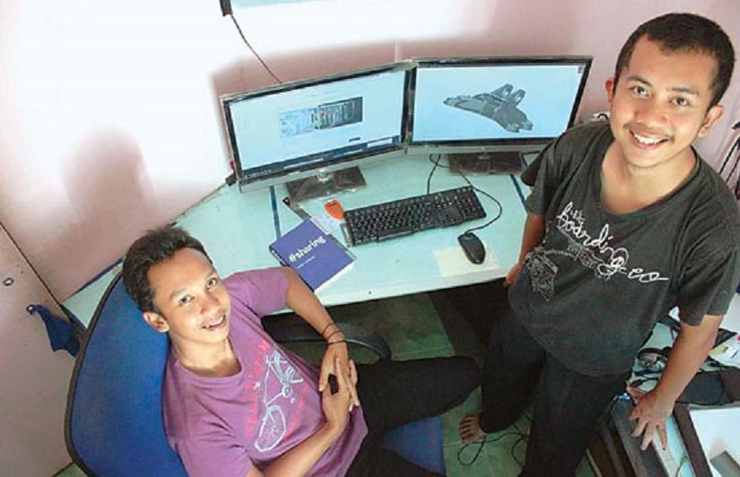 Arfian Fuadi dan Arie Kurniawan serta desain Jet Engine Bracket tahun 2014 lalu (Foto: M. Salsabyl Adn/jpnn.com)