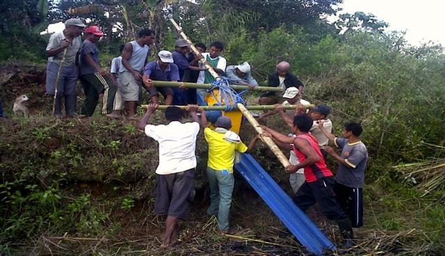 Gotong royong warga saat membangun PLTMH (Foto: dok. Marselus / mongabay.co.id)