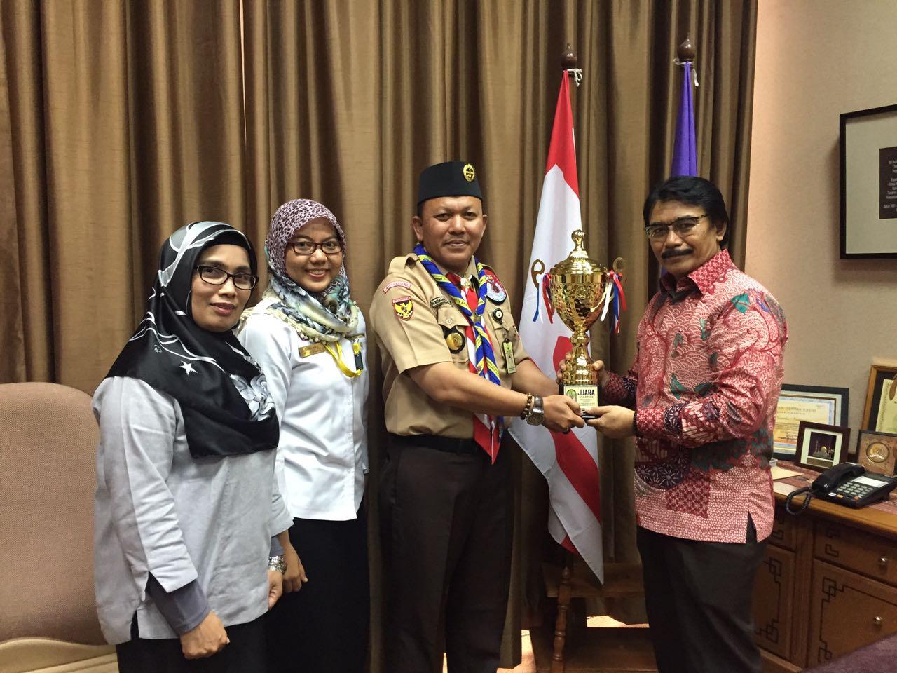 Penyerahan Piala Juara umum oleh Pimpinan Kontingen Nasional (Pinkonnas) Mardhani Zuhri, kepada Ketua Kwarnas, Adhyaksa Dault (Foto: Venny Indri / Pramuka Indonesia)