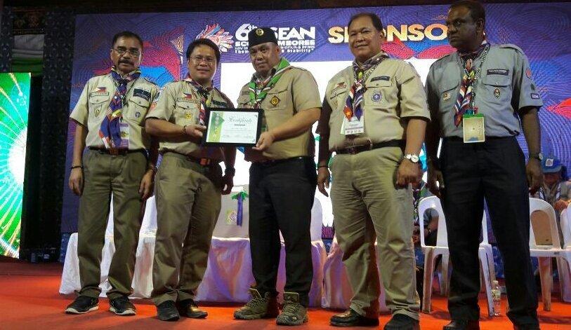 Gerakan Pramuka Indonesia saat menerima penghargaan Jambore ASEAN 2017 (Foto: dok. humas Kwarnas Pramuka)