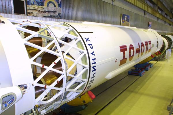 Roket Proton-M yang membawa Satelit Telkom-3 (Foto: Krunichev/spaceflight101.com)