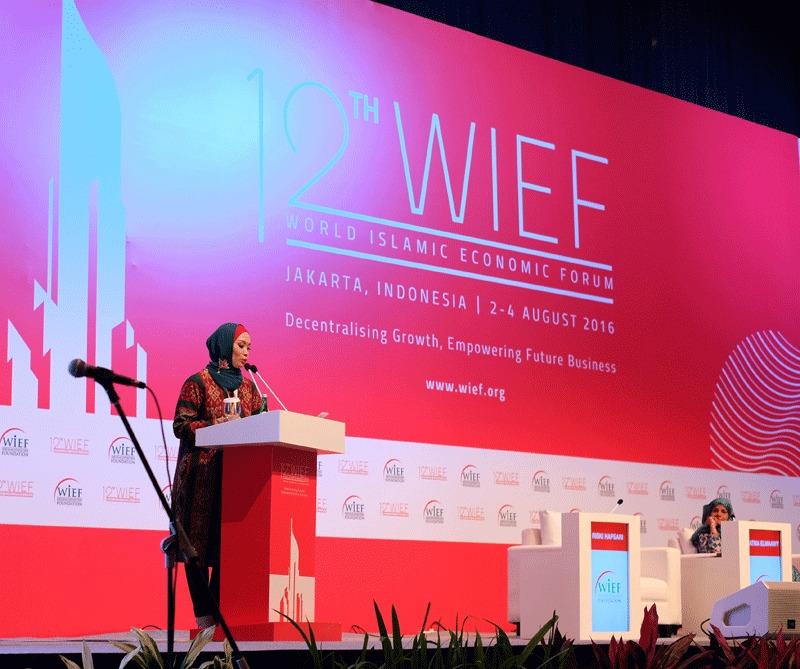 Riski Hapsari saat dipercaya menjadi pembicara di ajang WIEF 2016 (Foto: Qlapa.com)