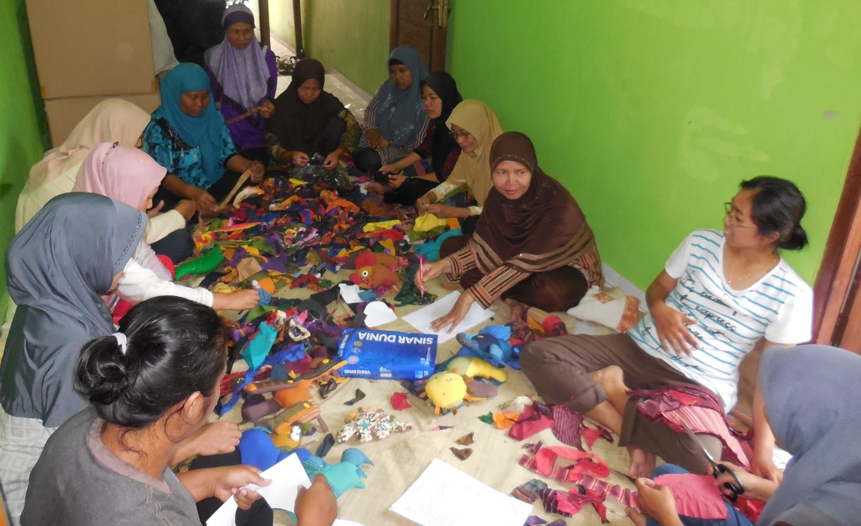 Proses pembuatan Tenun yang melibatkan ibu-ibu di lingkungan sekita (Foto: Qlapa.com)