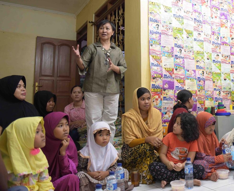 Retno Hapsari mengajak warga sekitar untuk terlibat (Foto: Qlapa.com)