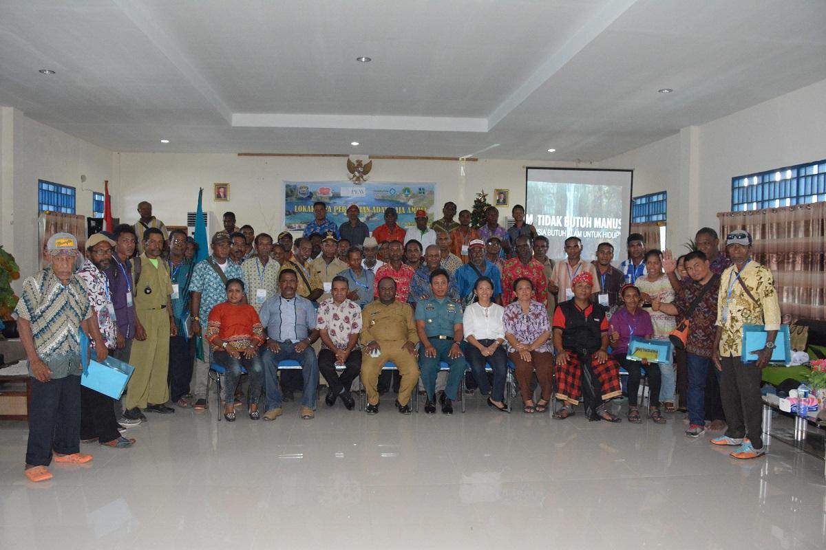 Seluruh perwakilan Suku Maya berfoto bersama Wakil Bupati Raja Ampat dalam acara Lokakarya Dewan Adat Raja Ampat (Foto: CI Indonesia)