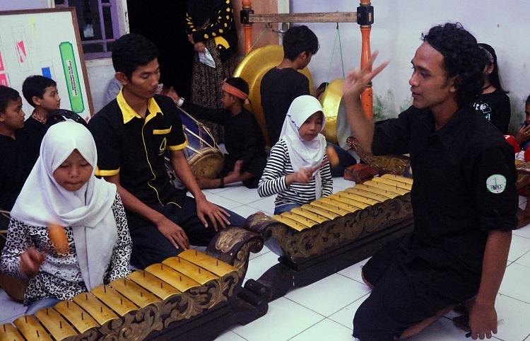 Anak-anak Rumah Pelangi saat berlatih gamelan (Foto: Bagus DR / GNFI)