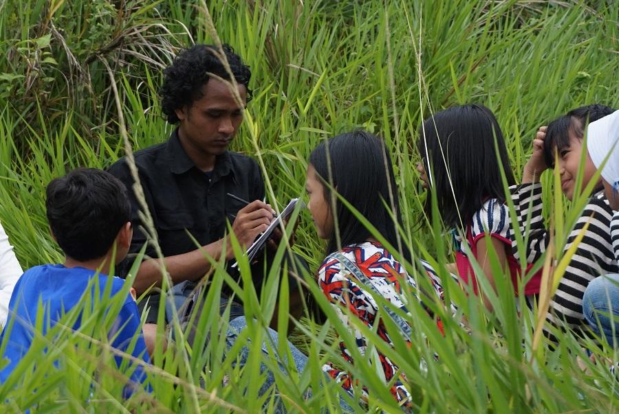 Asep saat mengajar anak-anak binaan Rumah Pelangi (Foto: Bagus DR/GNFI)