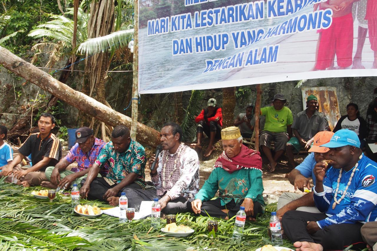 Kegiatan pembukaan Sasi Nggama di Kaimana bersama dengan tokoh-tokoh lokal (Foto: Conservation International Indonesia))