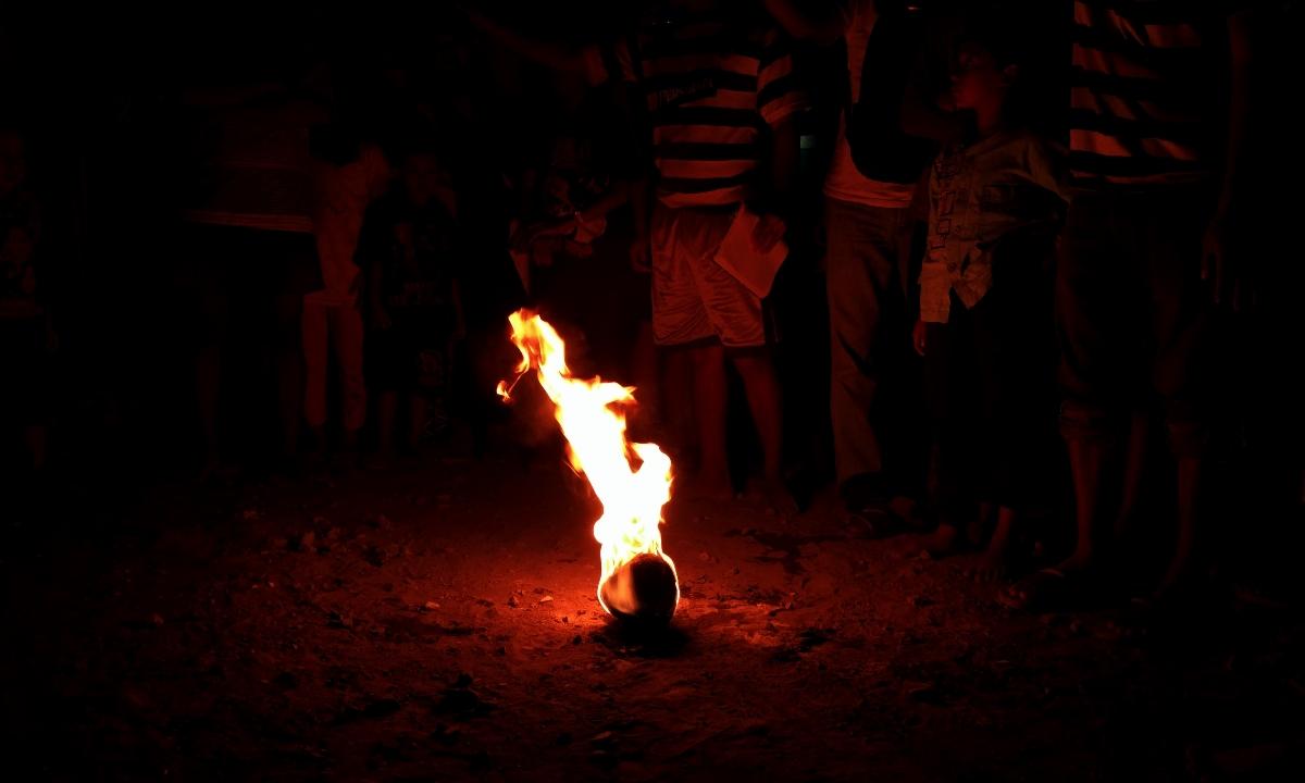 Bola api terbuat dari tempurung kelapa (Foto: Bagus DR/GNFI)