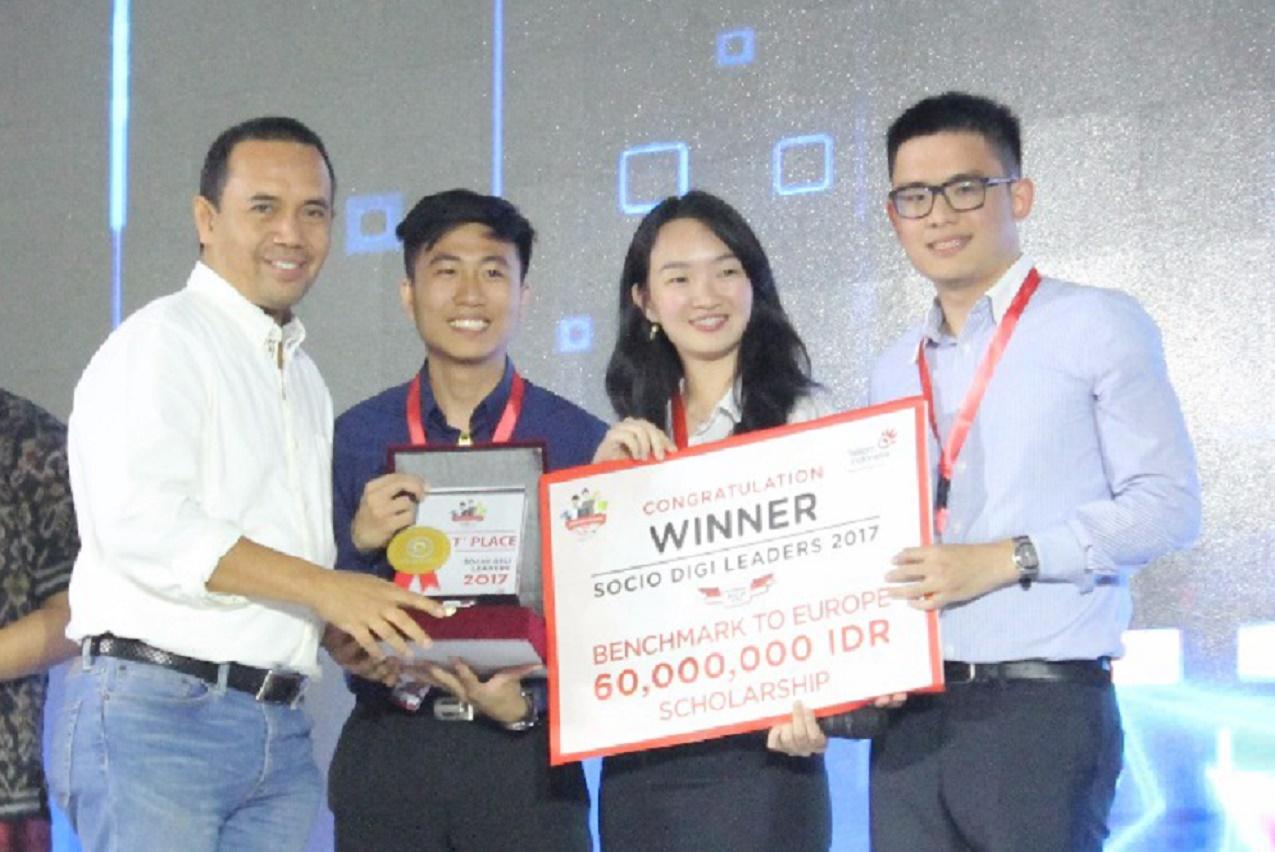 Direktur Human Capital Management Telkom, Herdy Harman (kiri) bersama tim Share Cup (Foto: dok. Telkom Indonesia)