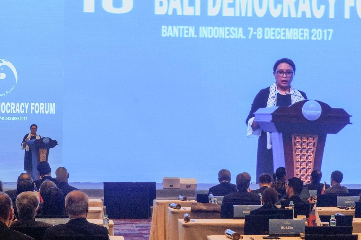 Syal digunakan Menteri Retno Marsudi saat pembukaan BDF 2017 (Foto: Bagus DR/GNFI)