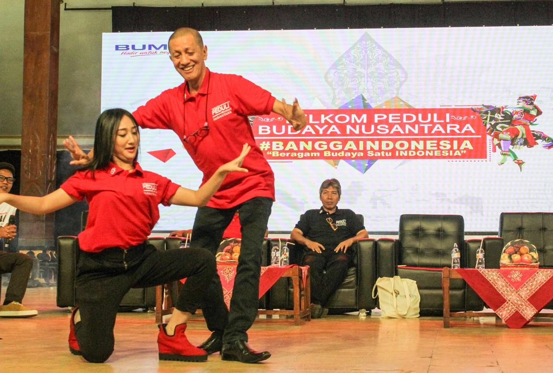 Sandrina saat berkolaborasi spontan dengan Sang Maestro Tari indonesia, Didi Nini Thowok (Foto: Bagus DR/GNFI)