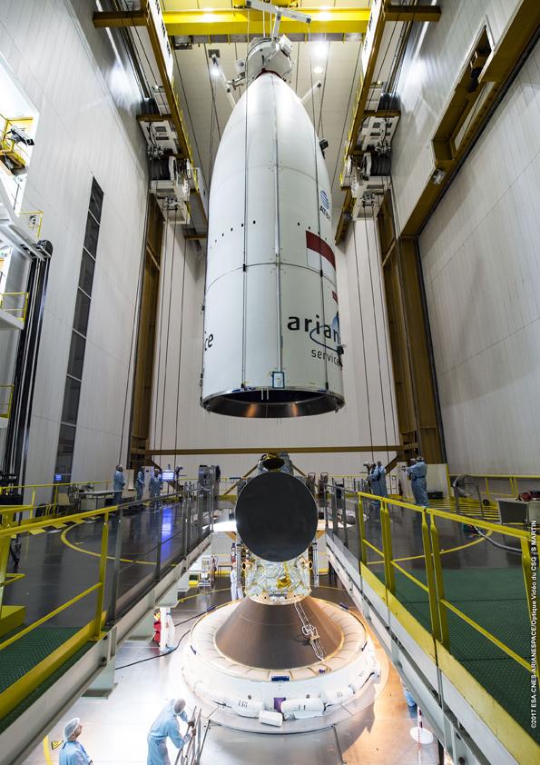 Kepala roket diturunkan (© Arianespace)