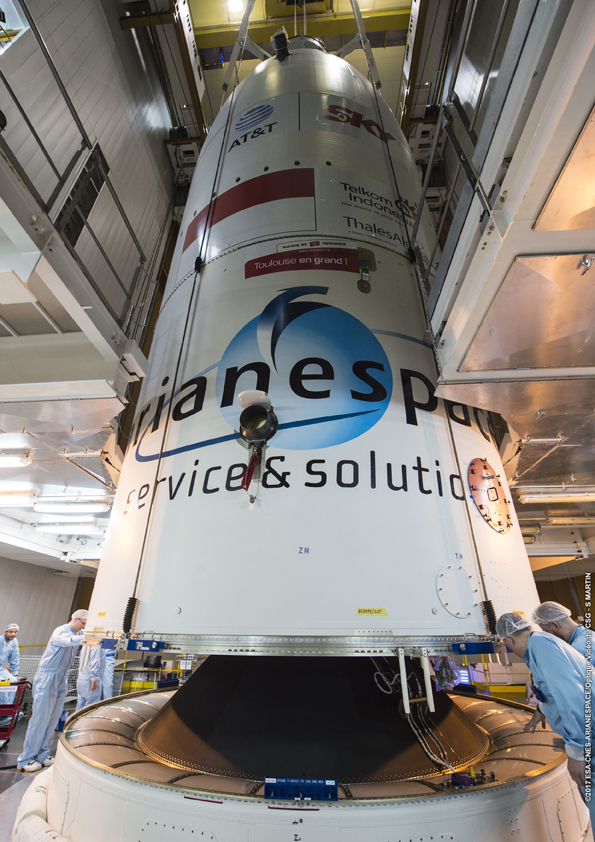 Perlahan satelit Telkom 3S berada di dalam kepala roket (© Arianespace)