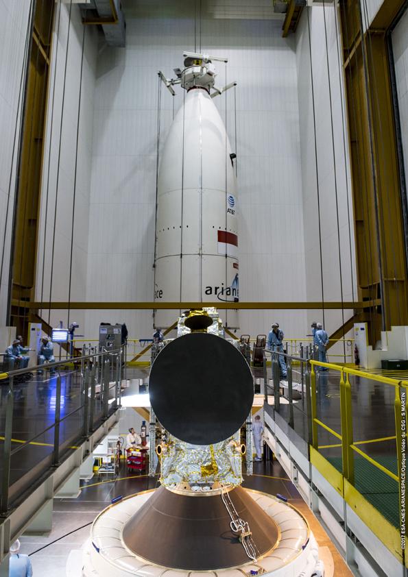 Kepala roket dipersiapkan di dalamnya telah terdapat satelit SKY Brasil-1 (© Arianespace)