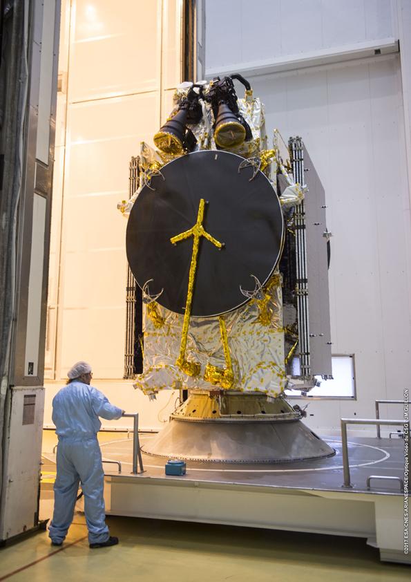 Satelit Telkom 3S mulai dipindahkan ke ruang pemasangan kepala roket (© Arianespace)