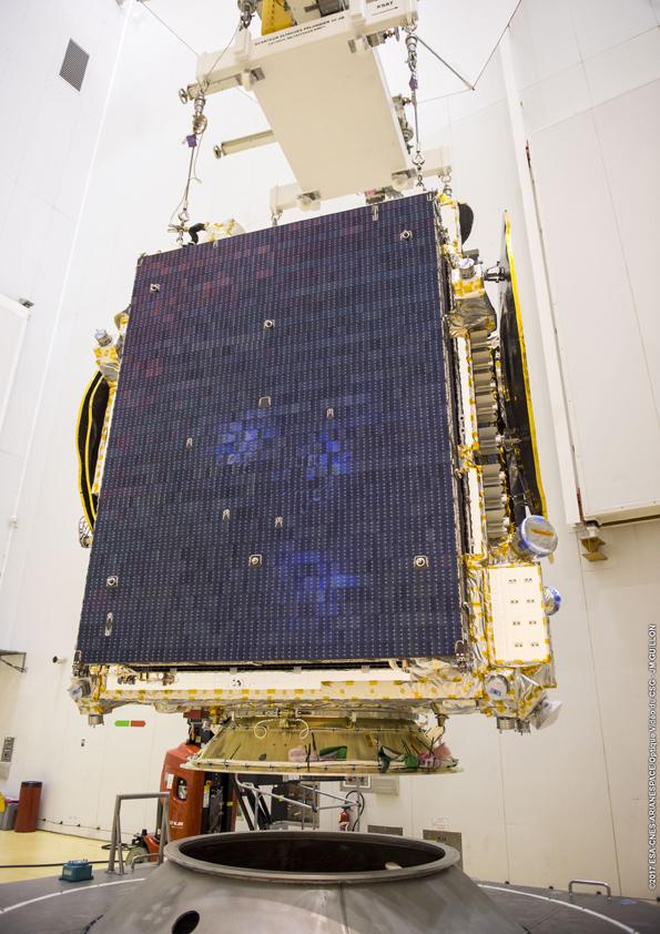 Satelit mulai dicopot kembali dari dudukan pemindahan (© Arianespace)