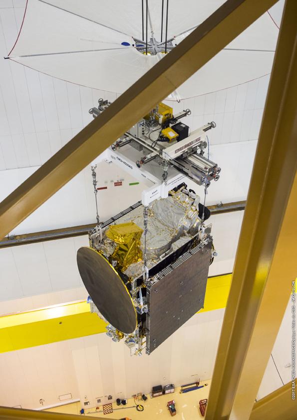 Satelit diangkat dan dipindahkan ke ruang kepala roket (© Arianespace)