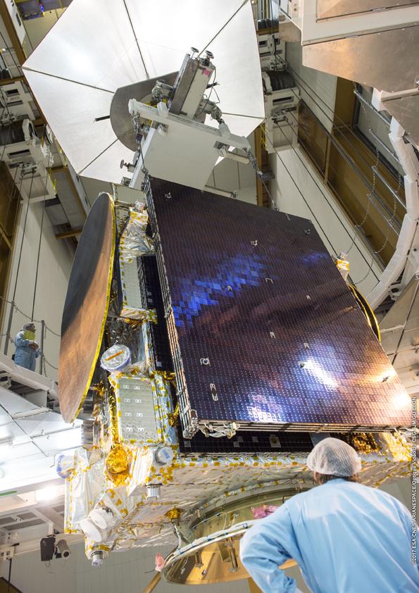 Penurunan Satelit di ruang kepala roket (© Arianespace)